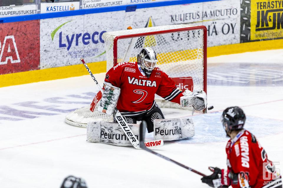 Eetu Laurikainen torjuu myös jatkossa JYPissä.