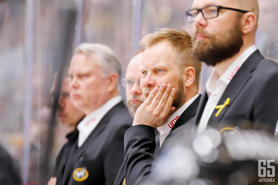 Mikko Mannerilla ja koko Kärppien valmennysryhmällä on kova urakka nousta mestariksi. Enää eivät kotivoitot riitä.