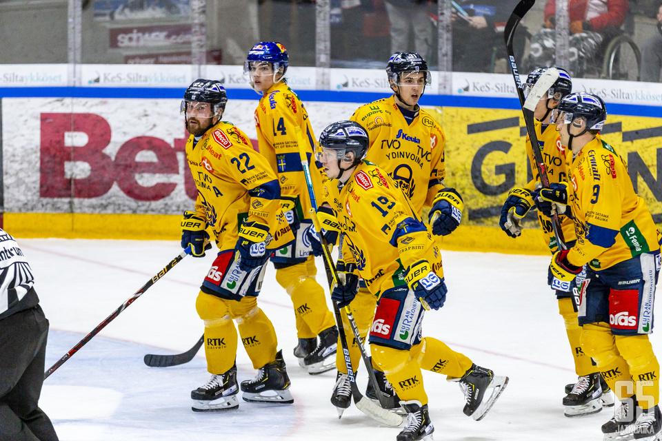 Lukko vahvistuu ruotsalaispuolustajalla.