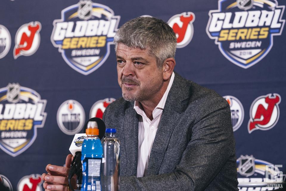 Oilers-luotsi Todd McLellan ei odota debytantti Evan Bouchardilta liikoja.