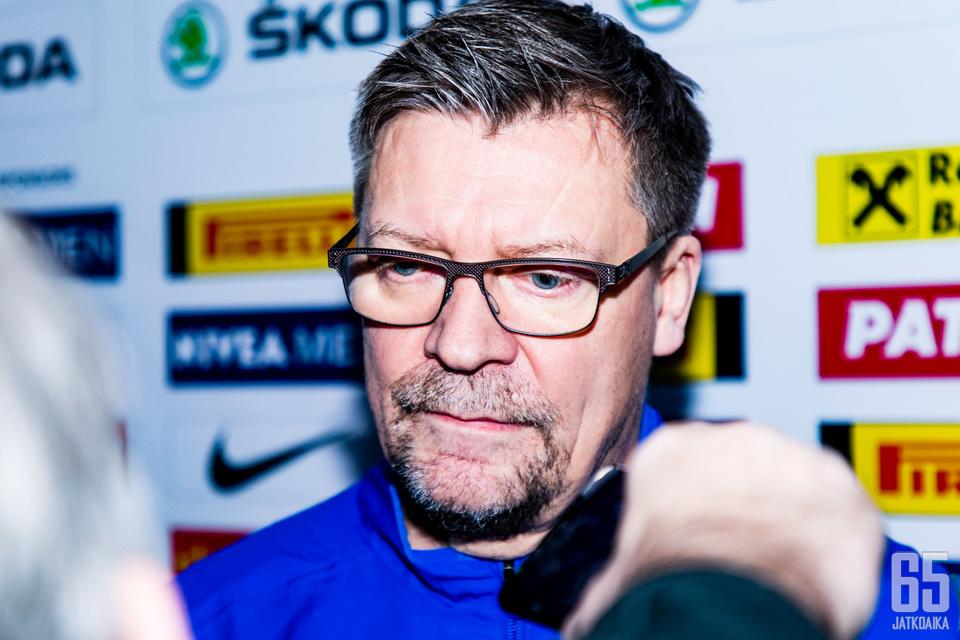 Jukka Jalonen vastaamassa median kysymyksiin aamujäiden jälkeen.