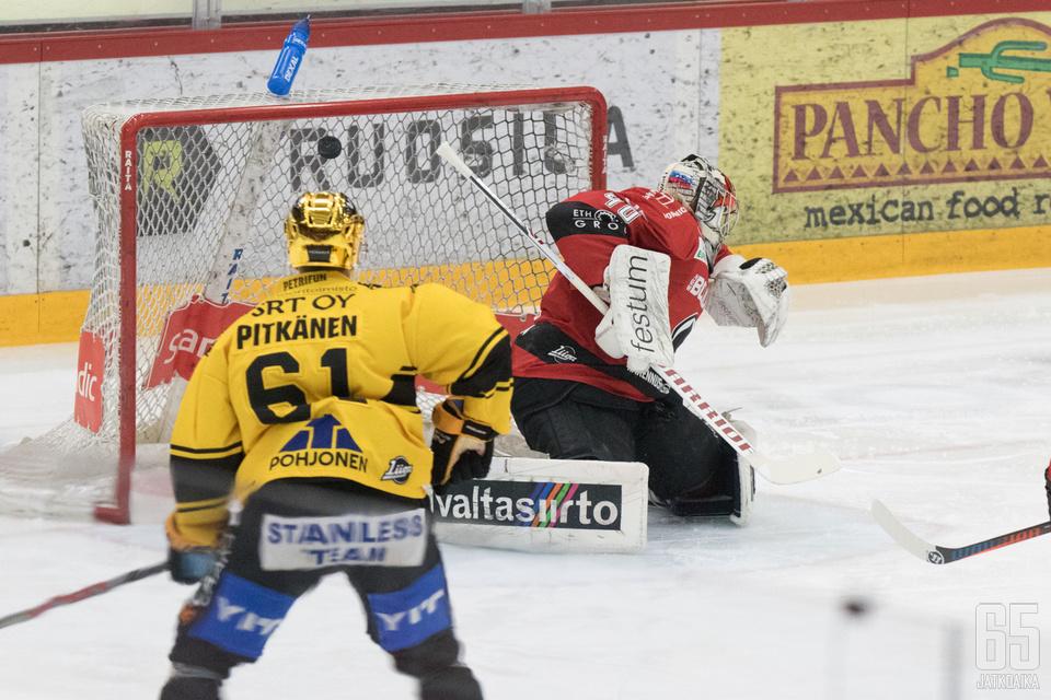 Miikka Pitkänen katseli aitiopaikalta tiistaipelin ainoaa maalia. Maalin teki Aleksi Klemetti.