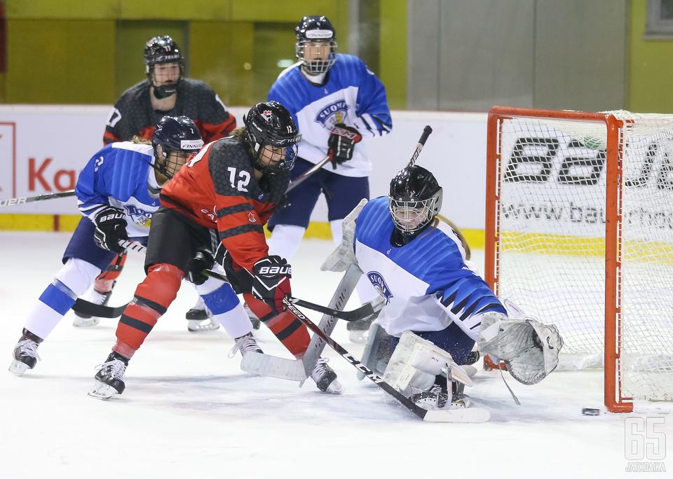 Maalivahti Kiia Lahtinen joutui antautumaan neljä kertaa Kanadaa vastaan.