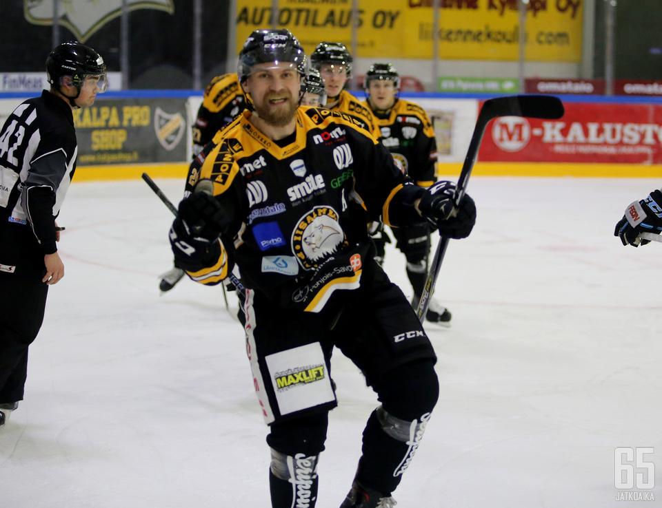 Lauri Heinonen iski kauden ensimmäisen maalinsa, jota hän tuuletti punnertaen.