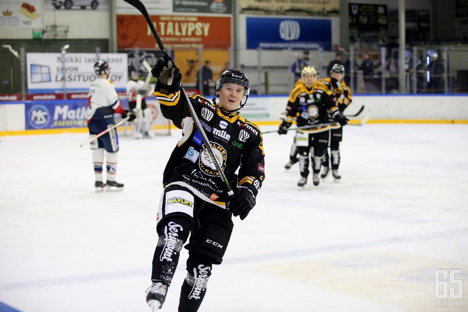 Janne Katosalmi tuuletti joukkueensa 1−1-tasoitusta. Miehen lavasta syntyi myös voittomaali jatkoajalla.