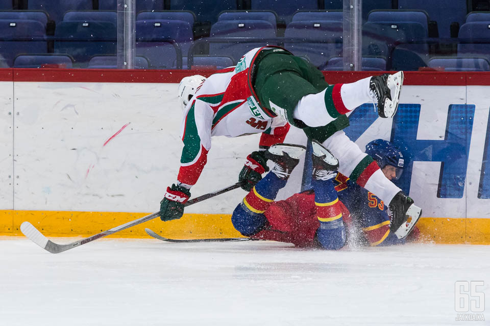 Frank Gymer sai kovan taklauksen ensimmäisen KHL-vaihtonsa alkuhetkillä.