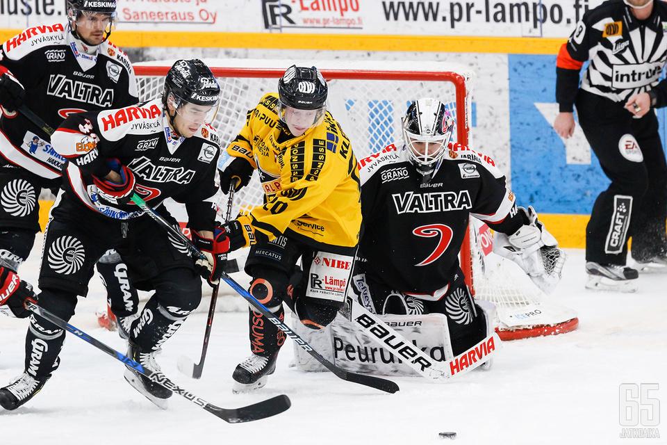 Eetu Laurikainen oli täystyöllistetty ottelun avauserässä.