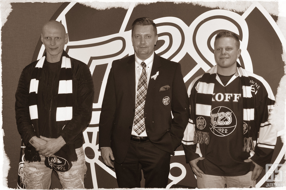 Matkan järjestäjinä toimivat kaksi intohimoista TPS-fania. Risto Muhola ja Teemu Mattola ovat seisseet TPS:n takana lapsesta asti. (kuvassa keskellä TPS:n toimitusjohtaja Mika Eskola.)