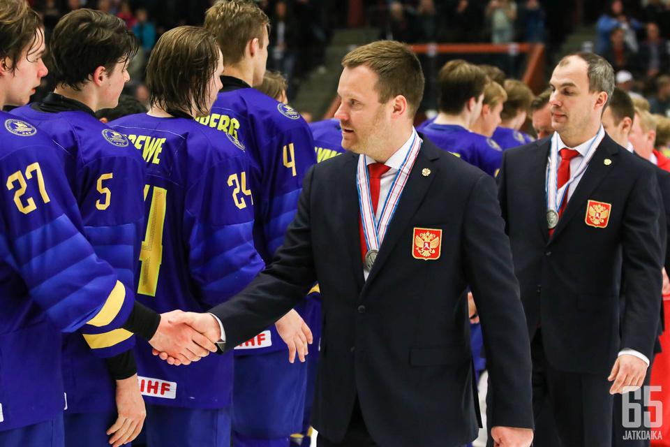 Venäjän päävalmentaja Vladimir Filatov (kesk.) hehkutti joukkueensa superlupauksia.