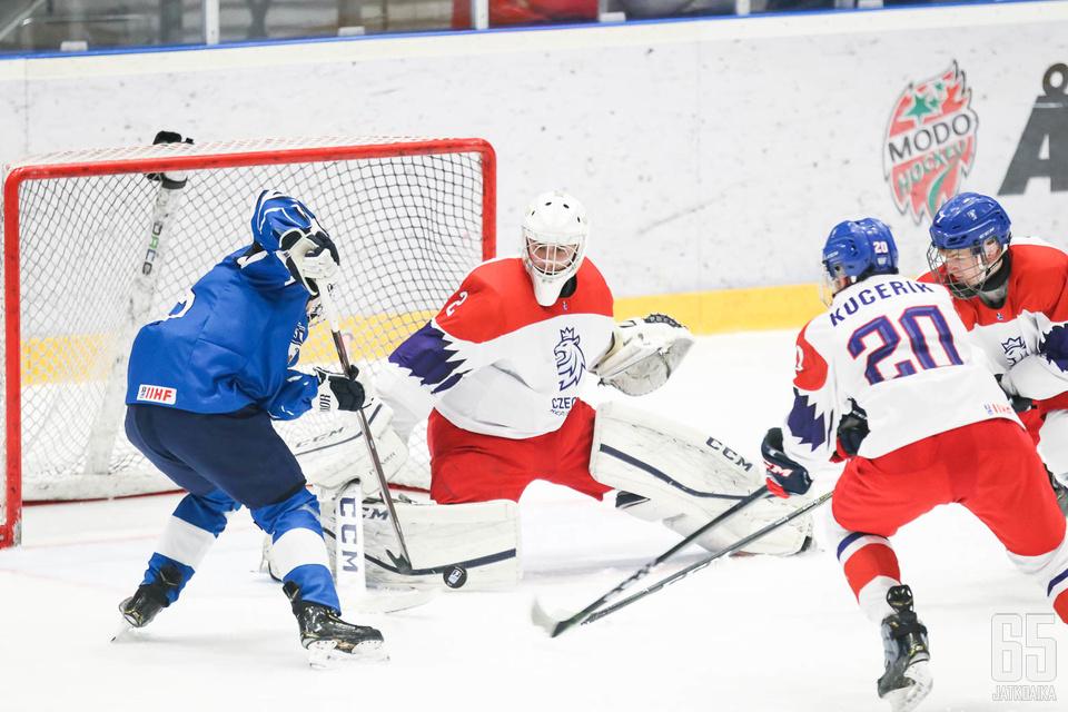 Suomi pelasi yritteliäästi muttei päässyt Tšekin maalivahdin ohitse tarpeeksi monta kertaa.