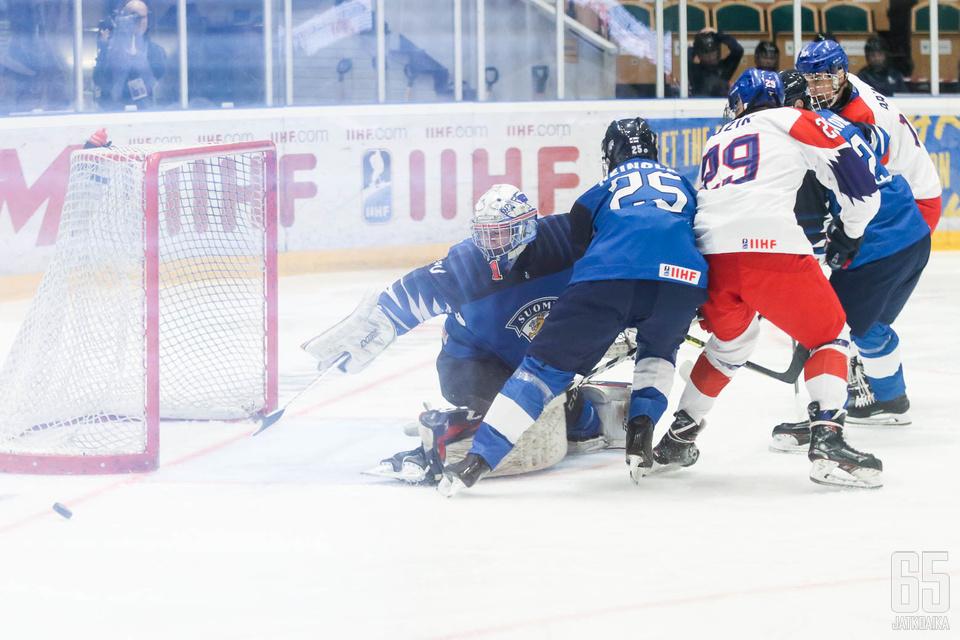 Kari Piiroinen pelasi turnauksen ensimmäisen ottelunsa Pikkuleijonien maalilla.