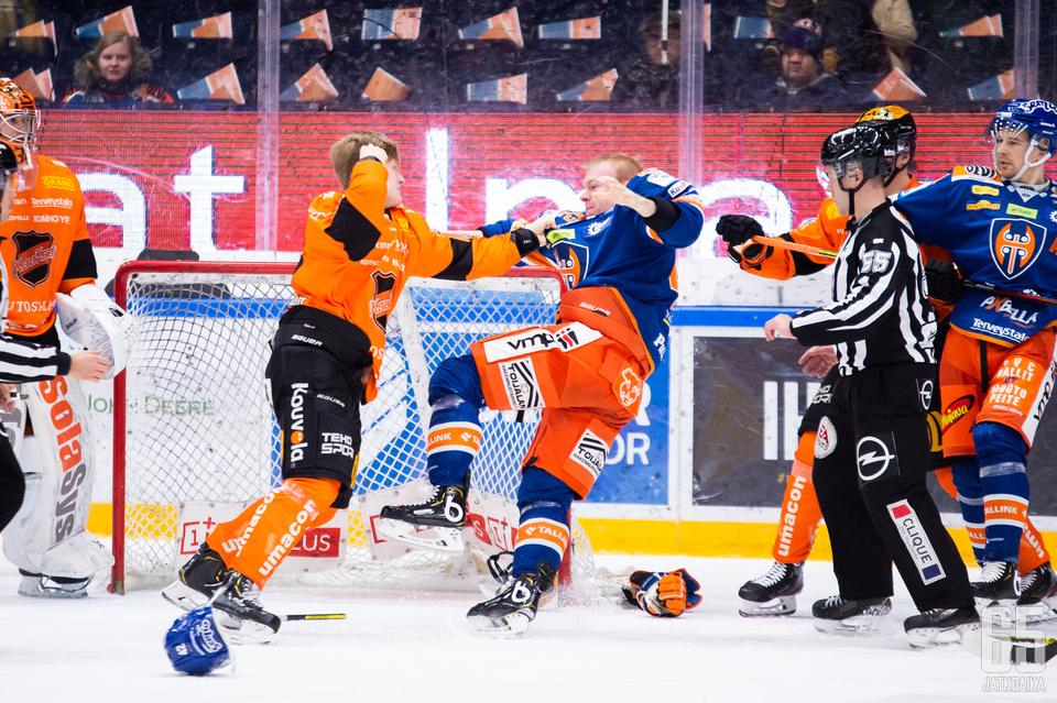 KooKoon Martin Berger(vas.) on saanut Liigassa kyseenalaisen maineen.