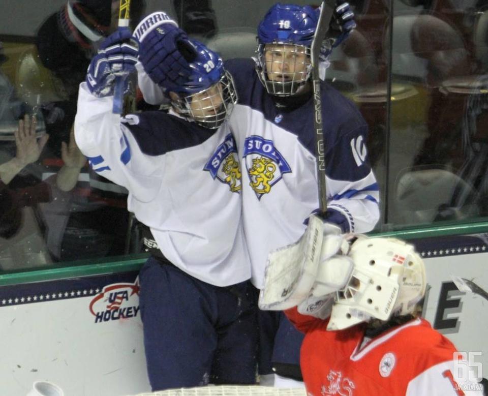 Kristian Vesalainen (oik.) juhli alle 18-vuotiaiden MM-kultaa keväällä Yhdysvalloissa.