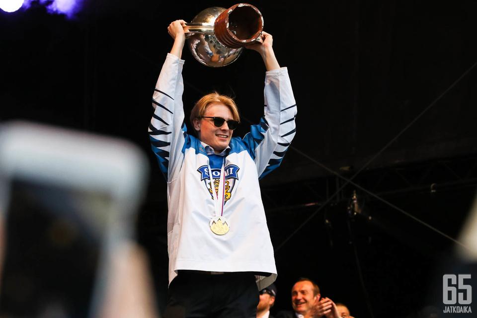 Kaapo Kakko juhlimassa MM-kultaa maanantaina.